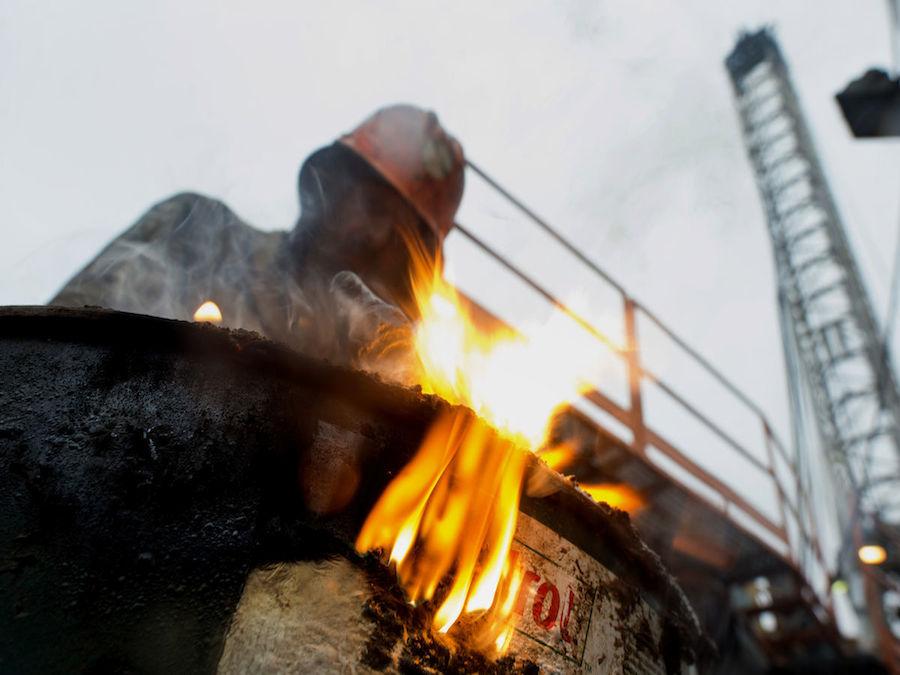 Petrolio: in rialzo con scorte e dollaro debole